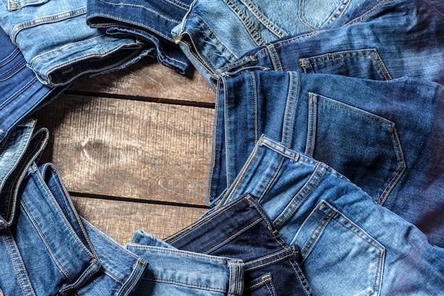 Jeans em fundo de madeira Foto Premium