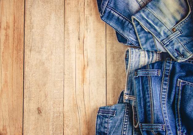Jeans. roupas elegantes. foco seletivo. hora das compras. Foto Premium