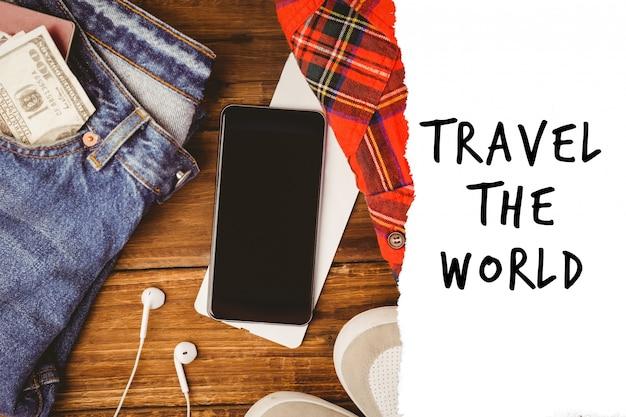 Jeans, telefone e uma mensagem de viajar Foto gratuita