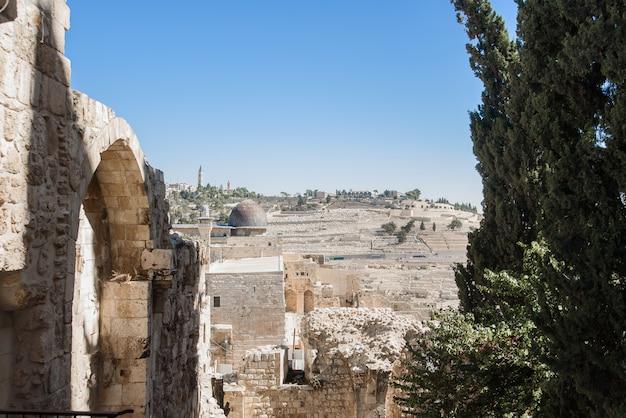 Jeruslem, israel - 5 de novembro de 2018: vista da parte antiga, com edifícios de pedra de jeruslem. Foto Premium