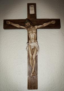 Jesus na cruz da igreja, Foto gratuita