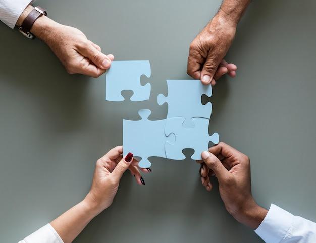Jigsaw de cooperação de trabalho em equipe negócio isolado Foto Premium