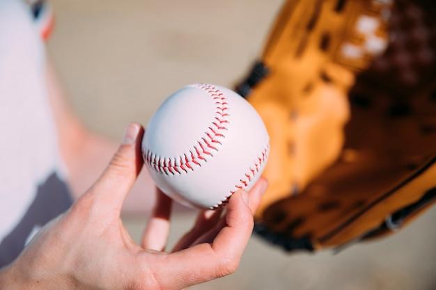 Jogador adolescente com beisebol e luva Foto gratuita