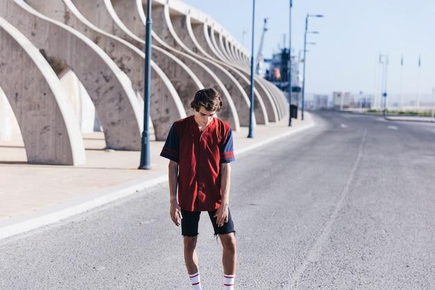 Jogador de basquete em pé na rua Foto gratuita