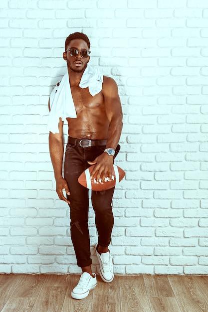 Jogador de futebol americano segurando uma bola Foto Premium