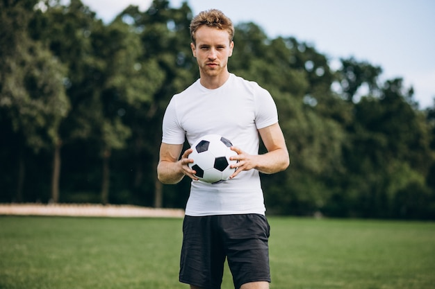Jogador de futebol jovem no campo de futebol Foto gratuita