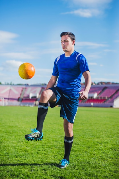 Jogador de futebol na arena Foto gratuita