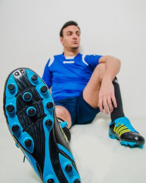 Jogador de futebol relaxante Foto gratuita