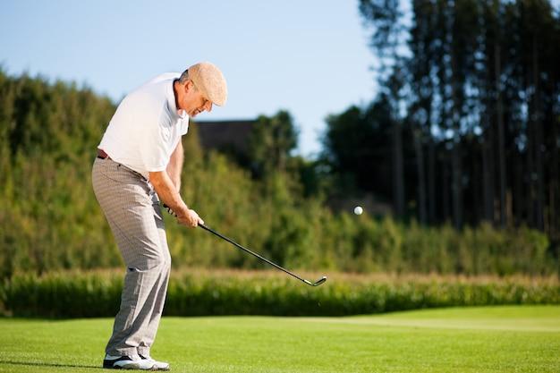 Jogador de golfe sênior no verão Foto Premium