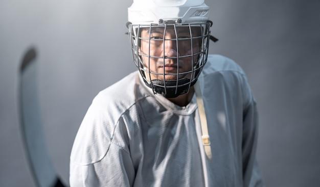 Jogador de hóquei no gelo profissional Foto Premium