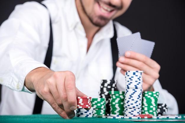 Jogador de poker com fichas de poker. Foto Premium
