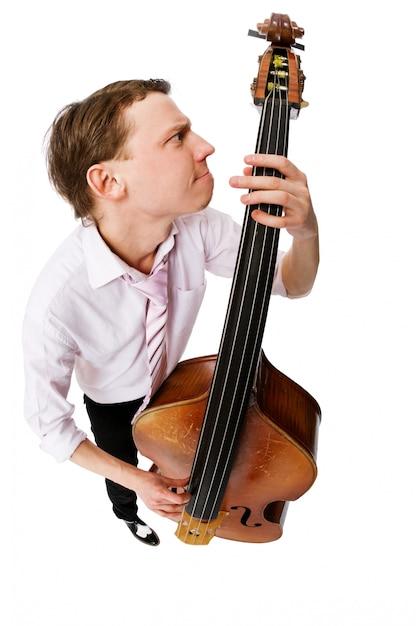 Jogador de violão baixo no fundo branco Foto gratuita