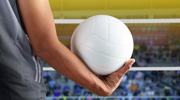 Jogador de voleibol com bola na quadra de vôlei Foto Premium