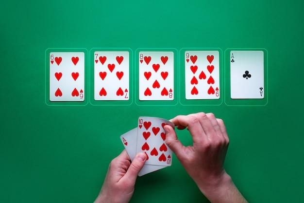 Jogador na mesa jogando e mostrando cartas no jogo de poker. combinação vencedora. vício em jogos de azar. texas holdem Foto Premium
