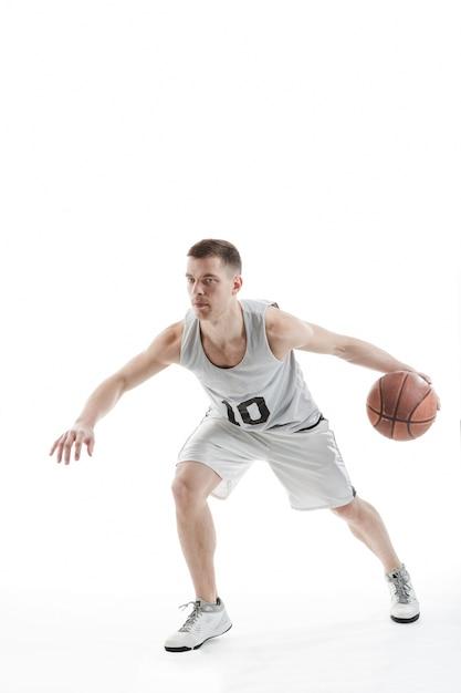 Jogador profissional de basquete quicando a bola Foto gratuita