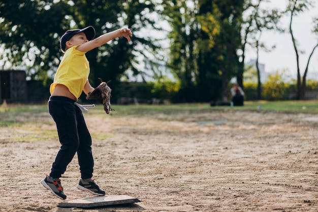 Jogadora de beisebol joga a bola Foto Premium