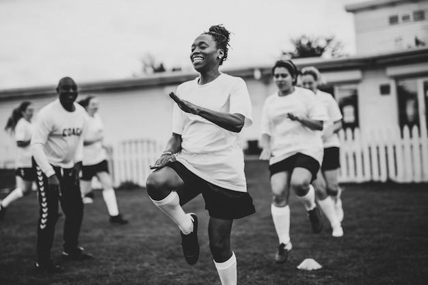 Jogadores de futebol feminino se aquecendo no campo Foto Premium