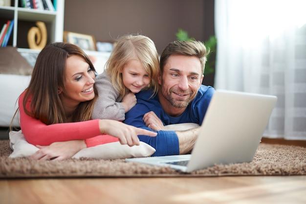 Jogando com minha família Foto gratuita