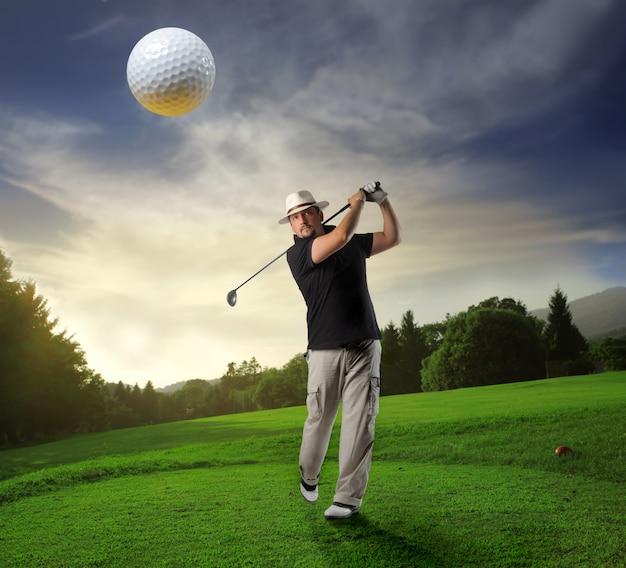 Jogando golfe em um clube Foto Premium