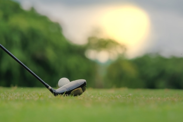 Jogando golfe, preparando-se para atirar em homem colocando no verde Foto Premium