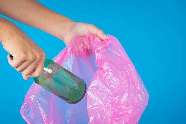 Jogando lixo em sacos de lixo Foto gratuita
