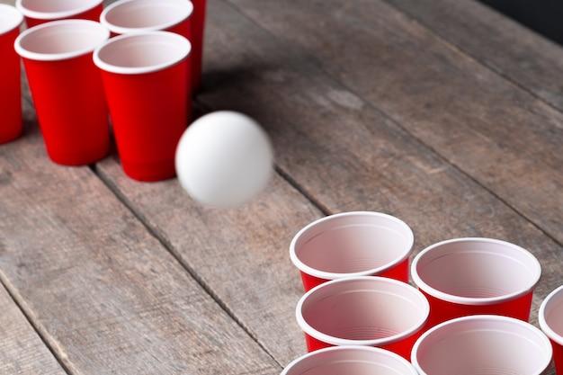 Jogo beer pong na mesa de madeira Foto Premium