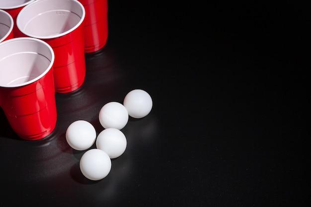 Jogo de cerveja pong faculdade em fundo preto Foto Premium