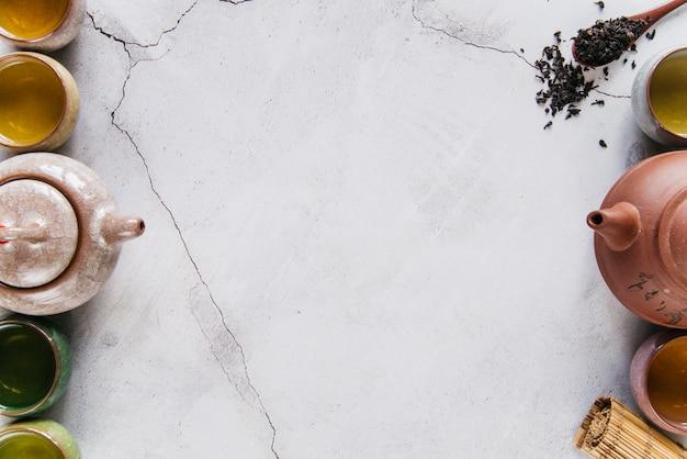 Jogo de chá chinês tradicional em fundo de concreto Foto gratuita