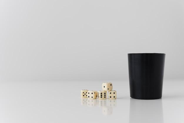Jogo de close-up yahtzee na mesa branca Foto gratuita