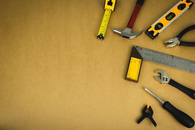 Jogo de ferramentas do mecânico no fundo marrom. Foto Premium