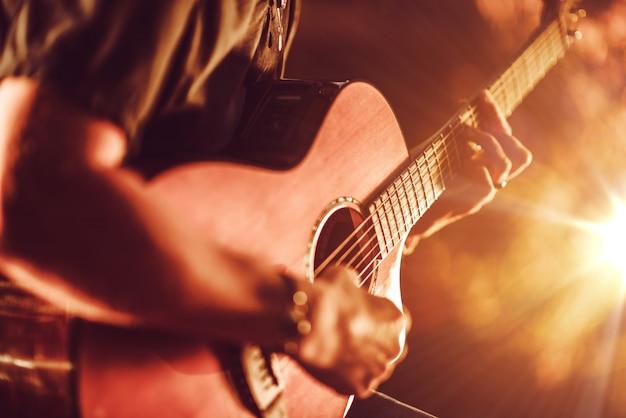 Jogo de guitarra acústica Foto gratuita