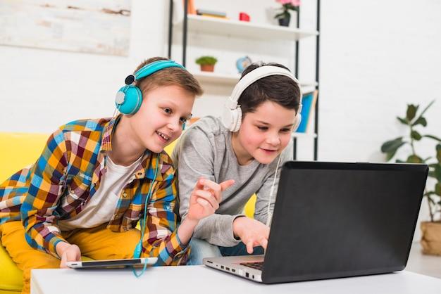 Jogo de meninos Foto gratuita