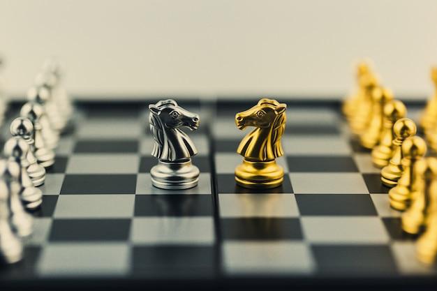 Jogo de tabuleiro de xadrez conceito de estratégia, planejamento e decisão, soluções de negócios para o sucesso. Foto Premium