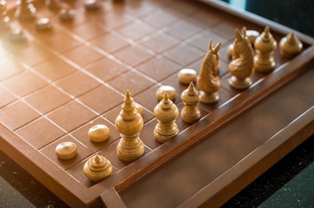 Jogo de tabuleiro de xadrez de madeira com peças de xadrez prontas para jogar Foto Premium
