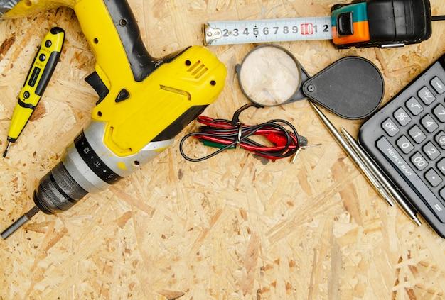 Jogo do jogo da ferramenta acessível do homem no banco de trabalho. equipamentos para construção civil Foto Premium
