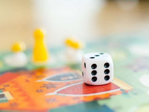 Jogos de tabuleiro e dados no campo. Foto Premium