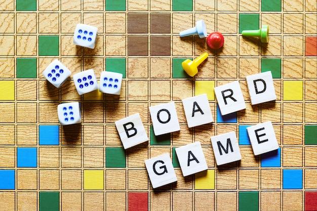 Jogos de tabuleiro, entretenimento em casa, jogos, lona, cubos, cones, Foto Premium