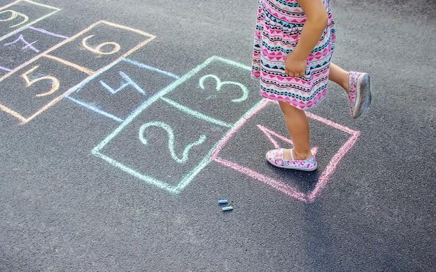 Jogos infantis de rua em clássicos. foco seletivo. Foto Premium