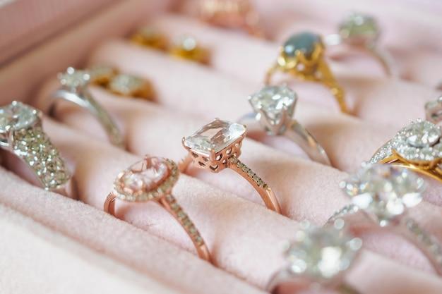 Joias anéis de diamante e brincos em caixa Foto Premium