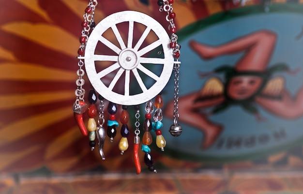 Joias artesanais inspiradas no carrinho siciliano Foto Premium