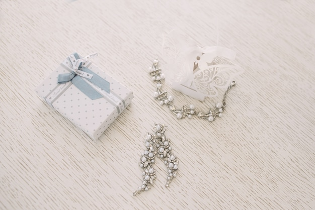 Jóias de casamento das mulheres (brincos, pulseiras) em um foco leve e seletivo Foto Premium