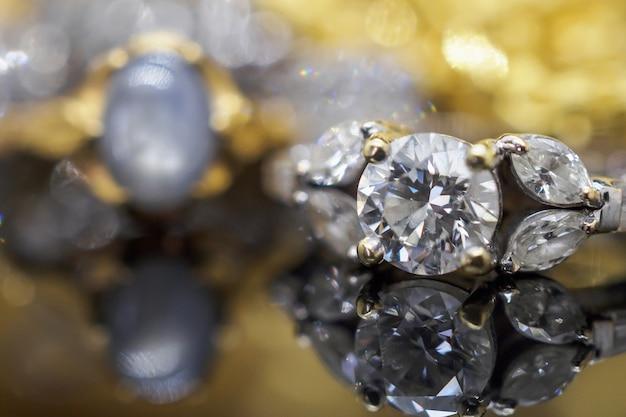 Jóias de ouro de luxo anéis de diamante com reflexo Foto Premium