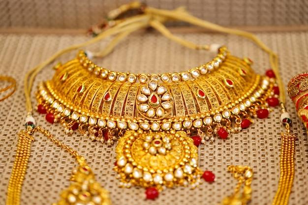 Jóias de ouro em caixa, colar Foto Premium