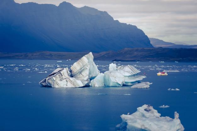 Jökulsárlón é um grande lago glacial no sudeste da islândia, à beira do parque nacional vatnajökull. situado no topo da geleira breiðamerkurjökull. Foto Premium