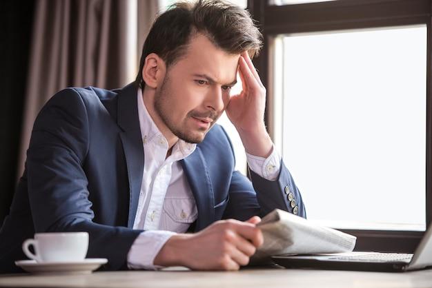 Jornal da leitura do homem de negócios no restaurante. Foto Premium