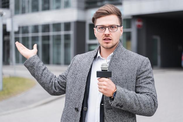 Jornalista masculino de alto ângulo Foto gratuita