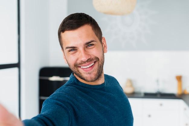 Jovem adulto com lindos olhos azuis, olhando para a câmera Foto gratuita