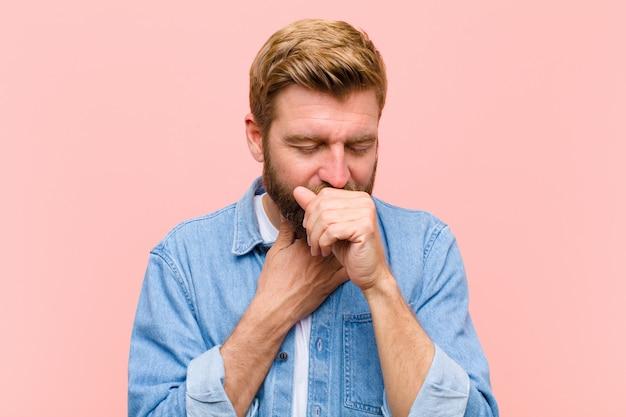 Jovem adulto loiro, sentindo-se doente com sintomas de dor de garganta e gripe Foto Premium