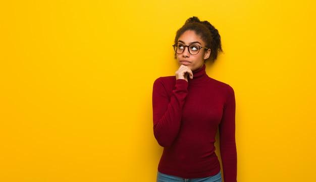 Jovem, africano, americano africano, menina, com, olhos azuis, pensando, um, idéia Foto Premium