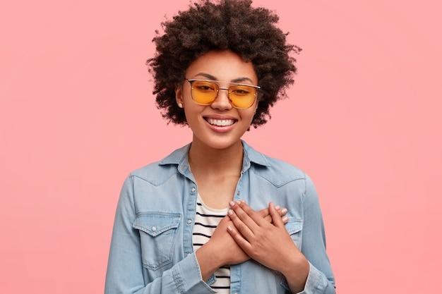 Jovem afro-americana com óculos de sol coloridos Foto gratuita